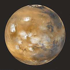 El planeta Marte, como la Tierra, tiene nubes en su atmosfera, un depósito de hielo en su polo norte, y cuevas, probablemente con agua.