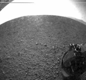 Una de las primeras imágenes tomadas por Curiosity, que aterrizó la madrugada del 6 de agosto.  (Crédito: NASA/JPL-Caltech)