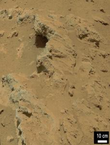 """Curiosity encontró evidencia de corrientes de agua fluyendo antiguamente en Marte en algunos lugares, incluyendo la roca que se muestra aquí, la cual ha sido nombrada por el equipo de ciencia como """"Hottah"""" en honor al Lago Hottah en los Territorios del Noroeste en Canadá.  (crédito: NASA/JPL-Caltech/MSSS)"""