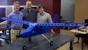 David Sheffler (izquierda), profesor de ingeniería mecánica y aeroespacial y consejero del proyecto, con los creadores del avión impreso, Steven Easter (centro) y Jonathan Turman. (crédito: University of Virginia)