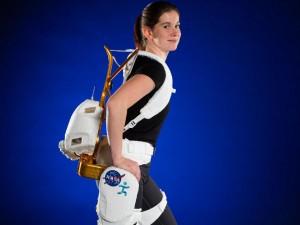Shelley Rea, ingeniero del proyecto, demuestra el exoesqueleto robótico X1 para ejercicios de resistencia, rehabilitación y mejor movilidad.  (crédito: Robert Markowitz)