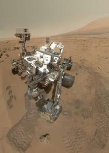 Curiosity utiliza su Lente de Imágenes (Mars Hand Lens Imager, MAHLI) para fotografiar un grupo de 55 imágenes en octubre 31 del 2012. Los investigadores colocaron las fotos sobrepuestas para crear este imagen a todo color.  (Crédito: NASA/JPL-Caltech/Malin Space Science Systems)