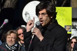 Aaron Swartz, 2012, protestando contra la ley SOPA (crédito: Daniel J. Sieradski/Wikimedia Commons)