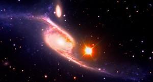 Esta imagen de la galaxia en espiral NGC 6872 combina imágenes de luz visible del gran telescopio del Observatorio Europeo del Sur con imágenes ultravioleta de GALEX y el telescopio espacial Spitzer, ambos de la NASA.  (crédito: NASA's Goddard Space Flight Center/ESO/JPL-Caltech/DSS)