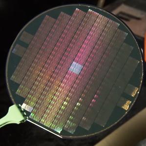 Esta oblea está conformada por un circuito complejo de nanotubos de carbono que sirve como una interfaz de sensor.  (Crédito: Stanford University)