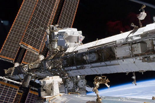 A la izquierda, el Espectrómetro Alfa Magnético (crédito: NASA)