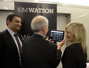 Manoj Saxena, izquierda, IBM General Manager, Watson Solutions, Mark Kris, jefe de Thoracic Oncology, Memorial Sloan-Kettering Cancer Center, y Lori Beer, Vice-Presidente ejecutivo de WellPoint usan el nuevo producto de oncología basado en computación cognoscitiva de Watson.