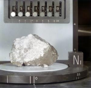 """Esta muestra lunar se conoce como """"Roca del Genésis"""", es una muestra lunar del Apolo 15, y se considera parte de la corteza original de la Luna. La investigación de la Universidad de Michigan encontró rastros de agua en la roca. (Crédito: NASA/Johnson Space Center)"""
