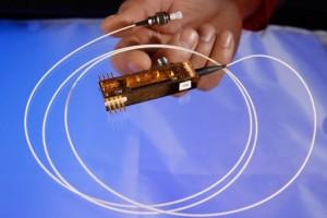 Un transmisor en miniatura se comunica con una autoridad confiable vía cables de fibra óptica para generar llaves criptográficas aleatorias para codificar y decodificar información  (Crédito: Los Alamos National Laboratory)