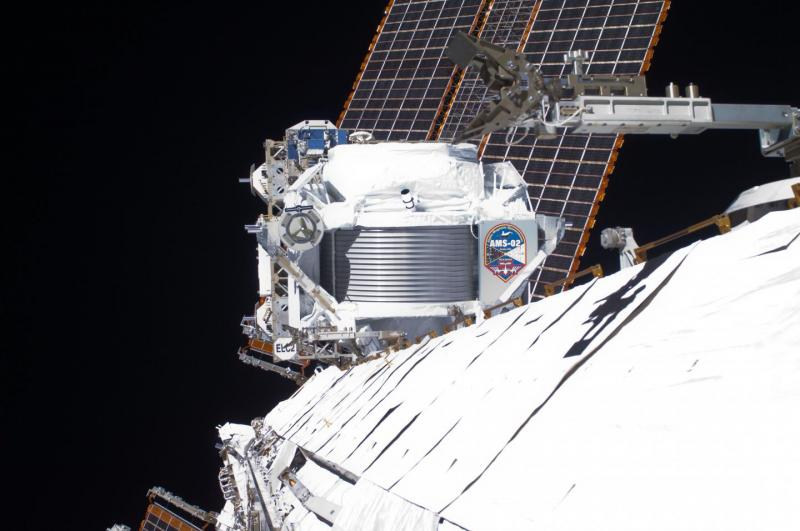 Desde su vista panorámica -alrededor de 400 kilómetros alejado de la Tierra- el Espectrómetro Magnético Alfa (AMS) reúne información de rayos cósmicos que atraviesan el detector (crédito: NASA)