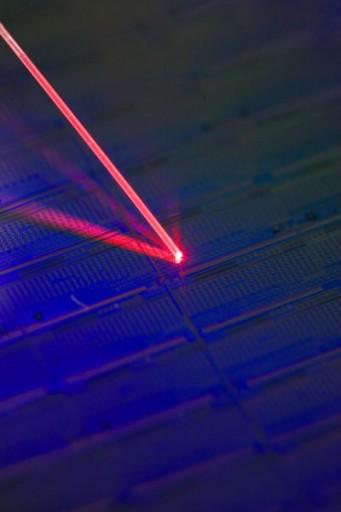 Láser direccionado hacia un sólo átomo de erbio en un chip de silicio. (Crédito: University of New South Wales)