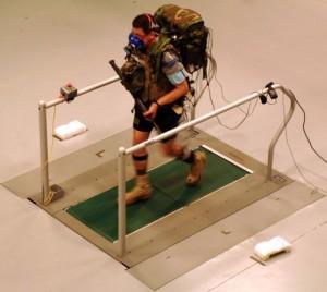 Un soldado lleva su carga de 61 libras al tiempo que camina en un prototipo del sistema Guerrero Web en una evaluación realizada por la armada de los Estados Unidos. (crédito: DARPA)