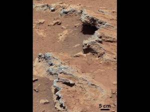 """Curiosity encontró evidencia de un río fluyendo en Marte, incluyendo las rocas salientes que se muestran aquí, y que el equipo de ciencia encargado de su estudio ha nombrado """"Hottah"""" en honor al Lago Hottah, en los Territorios del Noroeste en Canadá. (crédito: NASA/JPL-Caltech/MSSS)"""
