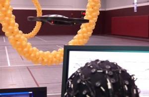 Un helicóptero controlado remotamente pasa a través de una serie de anillos en un gimnasio estudiantes en Minnesota. (Crédito: University of Minnesota)