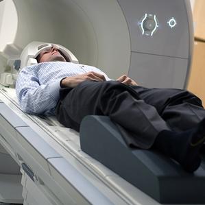 Russell Poldrack entrando al equipo MRI en la Universidad de Texas (crédito: University of Texas at Austin)