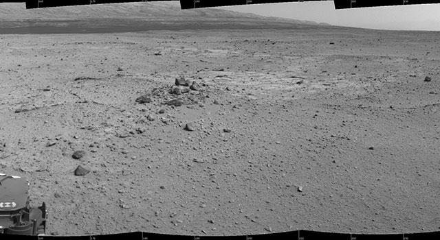 El mosaico de imágenes de la cámara de navegación del Curiosity muestra una escena desde la posición del rover en su día marciano 376 de la misión (agosto 27, 2013). Las imágenes las tomó el Curiosity después de finalizar su primera conducción utilizando su navegación autónoma. Crédito: NASA/JPL-Caltech.