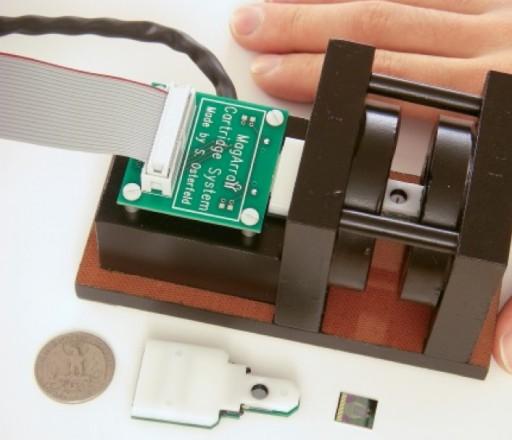 Dispositivo portátil que puede medir la exposición que ha tenido una persona a radiación en minutos utilizando cambios inducidos por radiación en las concentraciones de algunas proteínas en la sangre. Esta imagen muestra un estación lectora con chip nanosensor magnético, cartucho del chip y chip. (Crédito: S. Wang)