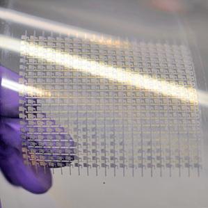 Se utilizó una técnica convencional de impresión para fabricar este arreglo de transistores de nanotubos de carbono en una superficie de plástico flexible.  (crédito: University of California, Berkeley)