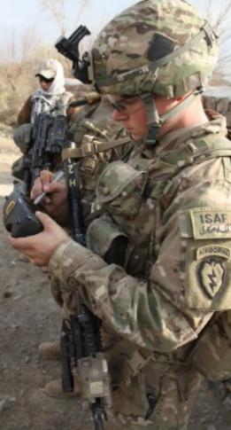 Soldado con su smartphone mientras realiza patrullaje. (crédito: DARPA)