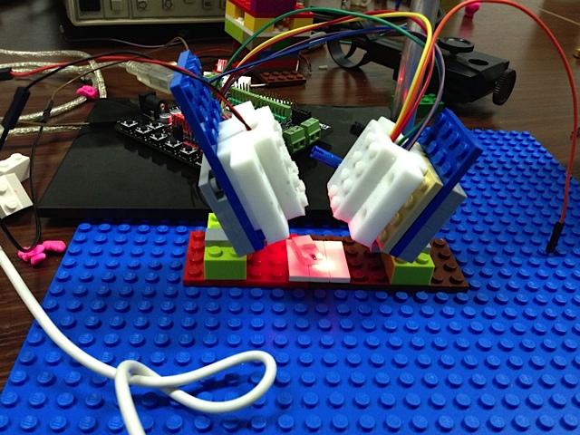 Un microscopio atómico hecho de LEGO y electrónica comercial.  (Crédito: Alice Pyne, London Centre for Nanotechnology)