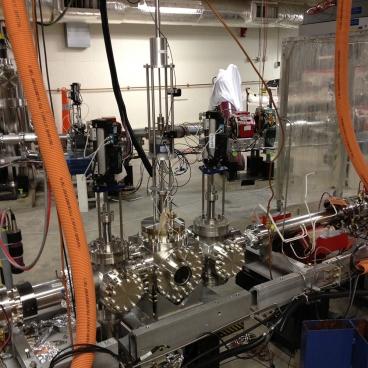 Prototipo del dispositivo diseñado por el MIT para producir un rayo de electrones muy angosto de alto poder para el experimento que se conoce como Luz Oscura (Crédito: MIT)