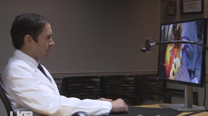 Desde su oficina en Atlanta, el Dr. Dantuluri observa las imágenes de la cirugía en vivo generadas a través de Google Glass... (Credito: UAB News)