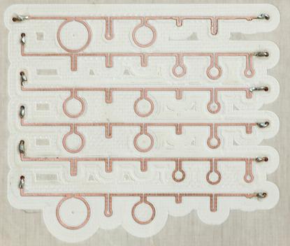 Pieza de TMS con 64 bobinas circulares metálicas (crédito: University of Michigan)