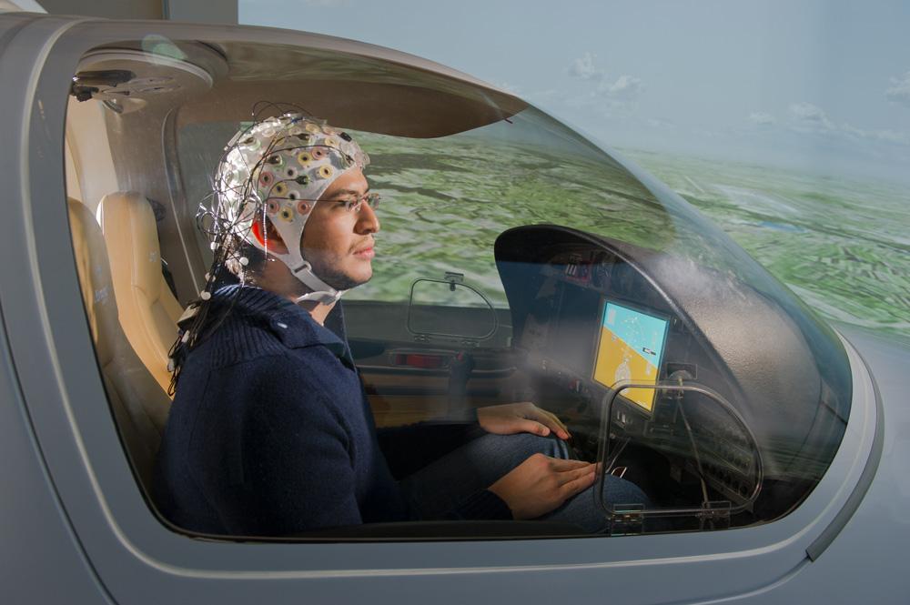Vuelo controlado con el cerebro en un simulador (crédito: TUM)