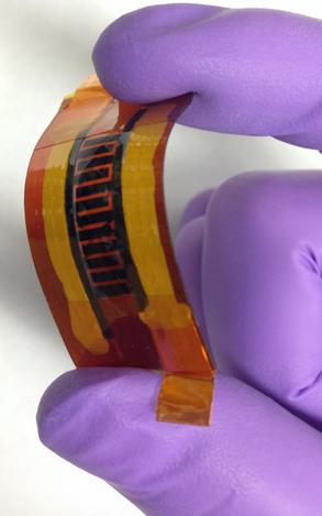 Científicos de la Universidad Rice crearon este supercapacitor utilizando láser y marcando un patrón en una hoja de poliamida con boro incorporado. Este dispositivo puede utilizarse en electrónica flexible y usable. (Crédito: Tour Group/Rice University)