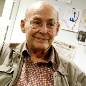 Marvin Minsky en One Laptop per Child office, Cambridge Mass. 2008 (crédito: Bcjordan/Wikimedia Commons)