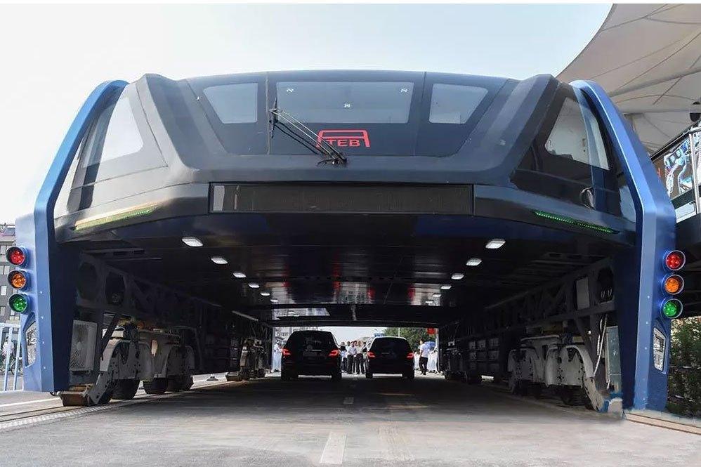 China construye bus elevado que literalmente avanza sobre el tráfico